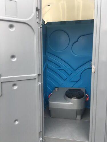 wnętrze toalety przenośnej zwymiennym zbiornikiem